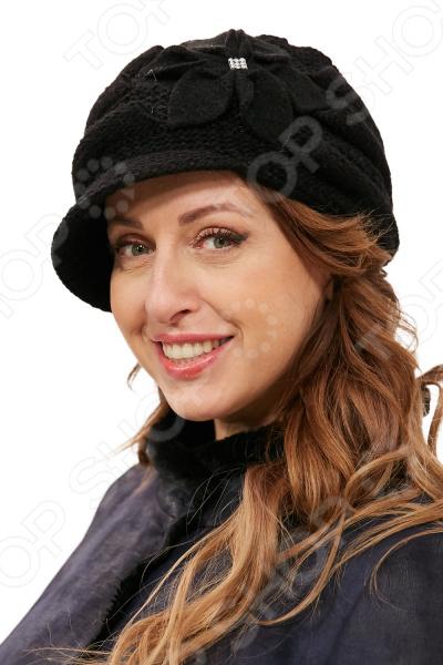 Кепка LORICCI Великая Астра это стильный головной убор, который идеально подойдет для завершения вашего образа. Вне зависимости от стиля одежды вы можете использовать эту кепку, ведь она будет прекрасно смотреться и с выходным нарядом, и с повседневной одеждой. Этот оригинальный аксессуар подчеркнет вашу изысканность и индивидуальность.  Трикотажная кепка выполнен двойной вязкой. Создан для зимнего сезона.  Объемный эффект достигается путем сочетания разных техник вязания.  Декорирована большим цветком.  На затылочной части фантазийная вязка резинкой.  Изделие произведено в России. Теплая и комфортная кепка выполнена из материала, состоящего на 50 из акрила и на 50 из шерсти. Рекомендуется ручная стирка при температуре 20-30 C , глажка не требуется.