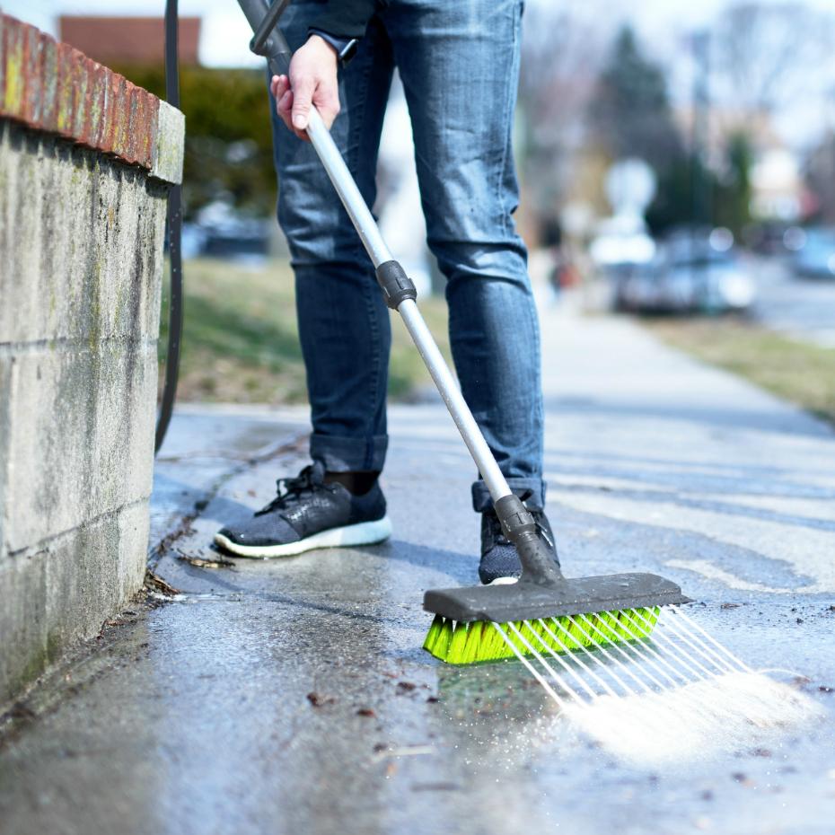 Уличная щетка Rovus с распылителем «Чистый двор»