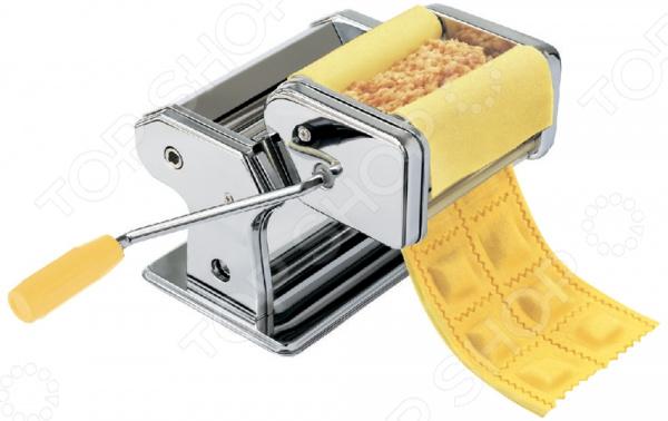 Машинка для изготовления лапши и пельменей Zeidan Z-1195 поможет в приготовлении вкусной домашней лапши, раскатки теста и формовки пельменей, вареников. Простейший ручной механизм разнообразит каждодневное меню и значительно облегчит готовку.  Все, что вам необходимо подготовить ингредиенты для определенного вида теста и замесить его. А с формовкой легко и быстро справится лапшерезка.  Специальные валики активизируются при вращении рукоятки это позволяет раскатать тесто до тонкого пласта. Целых 9 режимов толщины 0,5-3 мм !  Режущие ролики разрезают раскатанное тесто на широкие или узкие полоски. Ширина плоской лапши 6,6 мм, ширина спагетти 2,2 мм.  Ширина валика раскатки теста 150 мм. Почему стоит выбрать лапшерезку Zeidan  Ручной механизм поможет контролировать процесс нарезки теста.  Режущий инструмент и корпус изготовлены из нержавеющей стали. Высококачественный сплав не вступает в реакцию с пищевыми кислотами, не подвергается коррозии. Благодаря покрытию он не темнеет и длительное время сохраняет зеркальный блеск.  Удобная рукоятка с пластиковой насадкой не скользит в ладонях. Машинка для пельменей и лапши от бренда Zeidan идеальное решение для приготовления макаронных изделий и прочих блюд из теста в домашних условиях. С ней все становится быстрее, проще и приятнее!