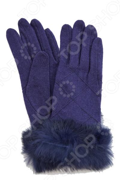 Перчатки Fabretti Сабина стильный аксессуар для холодного времени года, который не только спасет ваши руки от холода, но и подчеркнет оригинальность образа. Они выполнены из мягкого приятного на ощупь полотна, удобны в повседневном использовании. Прекрасно сочетаются с зимней одеждой.  Стильные перчатки без подкладки.  Трикотажное полотно хорошо растягивается и комфортно в носке.  Перчатки расшиты элегантной строчкой в виде геометрических ромбов.  Манжета декорирована натуральным мехом кролика.