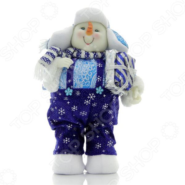 Зимние праздники самые любимые и долгожданные и это не удивительно! Ведь Рождество и Новый Год это всегда ожидание чего-то невероятного, сказочного и волшебного! Для каждого, праздник представляется по своему: кто-то любит его отмечать дома за праздничным столом в кругу семьи, для кого-то это замечательный повод устроить веселый костюмированный карнавал, кто-то и вовсе предпочитает отправиться в заснеженные дали, отмечать праздник в гостях у самого Деда Мороза! Однако, где бы и как бы вы не отмечали зимние праздники, для создания по-настоящему праздничной и сказочной атмосферы очень важно уделить особое внимание украшению и оформлению интерьера. Яркие елочные шары, свечи и разноцветные огни гирлянд и конечно празднично украшенная елка все это поможет воссоздать атмосферу настоящей новогодней сказки. Игрушка новогодняя Новогодняя сказка Снеговик 949195 декоративная фигурка, которая станет замечательным дополнением к празднично украшенной рождественской елке. Фигурка выглядит очаровательно за счет глубокой детализации. Декоративную фигуру можно использовать как самостоятельное украшение поставив ее на полку, тумбочку или как дополнение к праздничной елке. Сказочная фигурка наполнит дом духом Рождества и позволит поверить в чудо. Такая фигурка будет внимательно следить за всеми домочадцами и угадывая их сокровенные желания, непременно исполнит их в волшебную праздничную ночь. Пусть ваш дом засияет праздничными огнями и заиграет яркими красками и тогда грядущий год непременно принесет в вашу семью счастье и радость.