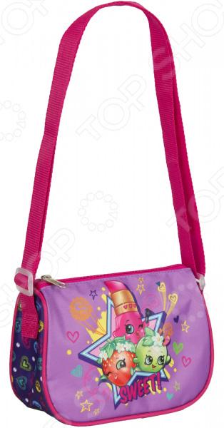 Сумка детская Shopkins 31689 миниатюрная сумочка с очаровательным рисунком, станет излюбленным аксессуаром вашего ребенка. В ней можно хранить личные вещи, тетради, книжки и прочие мелочи. Прекрасно держит форму, поэтому чтобы ребенок в ней не хранил, оно не помнется и не сломается.  Сумочка имеет одно отделение на молнии, в которое можно положить любимые игрушки или необходимые на прогулке вещи.  Длину регулируемой лямки можно установить от 28 до 48 см, поэтому аксессуар подходит девочкам разного роста.  Изделие декорировано объемной, блестящей аппликацией PVC и ярким принтом сублимированной печатью , устойчивым к истиранию и выгоранию на солнце. Яркая сумочка создана специально для вашей юной принцессы.