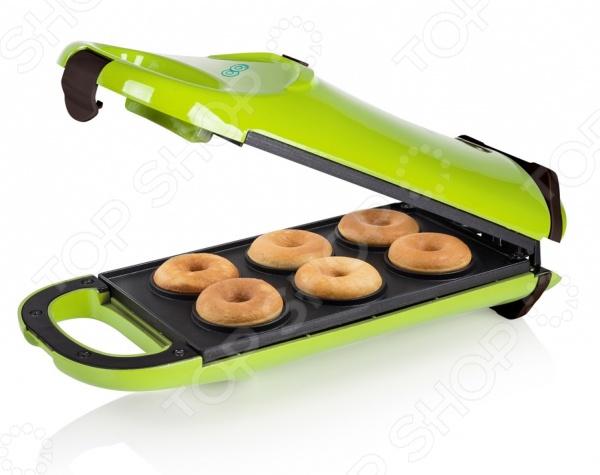 Пончик-мейкер Princess 132402 станет отличным дополнением к набору мелкой бытовой техники для кухни и даст возможность каждый день радовать домочадцев необычайно вкусными пончиками. Прибор выполнен из термостойких материалов и оборудован встроенной ручкой, прорезиненными ножками и индикатором питания. Антипригарное покрытие пончик-мейкера, в значительной мере, облегчает его чистку и предотвращает подгорание продуктов. Прибор предназначен для одновременного приготовления шести пончиков. Модель снабжена функцией поворота на 180 градусов для более равномерного распределения теста по поверхности пластин. В комплект поставки входят три кондитерских мешка.