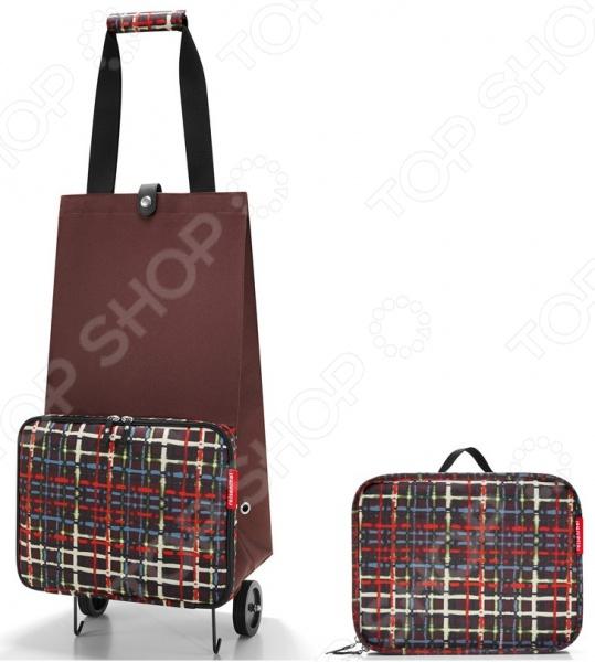Сумка-тележка складная Reisenthel Foldabletrolley Wool это удобная сумка, которая подходит для любых предметов. Откажитесь от пакетов из пластика, ведь вы можете ходить в магазин с такой симпатичной и стильной сумкой! Она складывается в компактный чехол и занимает совсем мало места, но в развернутом виде выдерживает 30 литров. Можно использовать ее для походов в магазин, на работу или учебу, на пикник и для любого повседневного использования. Кромки днища укреплены и защищены от чрезмерных нагрузок, а само дно очень устойчиво.