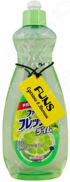 Жидкость для мытья посуды, овощей и фруктов FUNS универсальное средство для вашей кухни, произведенное в Японии. С помощью всего одной жидкости вы можете мыть тарелки, вилки и ложки, ножи, посуду для приготовления пищи и даже овощи и фрукты. Это экологичный продукт, созданный с применением растительного экстракта.  Средство удаляет даже стойкие следы жира, при этом радует своим приятным ароматом.  Содержит растительный экстракт и компоненты безопасные для рук. Не сушит и не раздражает кожу.  Хорошо смывается водой с любых поверхностей без остатка. Не оставляет запаха на овощах и фруктах.  Подходит для мытья детской посуды и аксессуаров для кормления новорожденных. На 1 литр воды расходуется примерно 1,5 мл средства примерно одна чайная ложка .