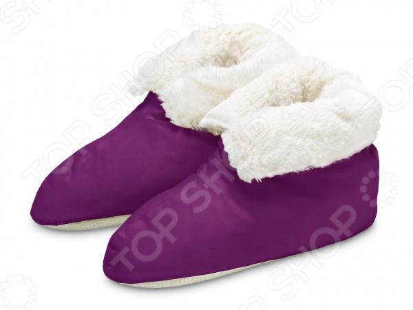 Тапочки Dormeo 1000 и 1 ночь это инновационная альтернатива обычным тапочкам. Домашняя обувь еще никогда не была такой комфортной! Уют и роскошь Тапочки Dormeo созданы, чтобы баловать вас роскошью. Они будут согревать ваши ноги в прохладные зимние дни, создавая ощущение уюта, в то время как вы наслаждаетесь комфортом, читая любимую книгу за чашкой горячего шоколада.  Ваши ножки достойны лучшего Это современная домашняя обувь, которая мягко согреет ноги после долгого дня. Тапочки Dormeo обеспечивают дополнительную теплоту в области лодыжки. Благодаря удобному фасону и подложке из мягчайшего искусственного меха они обеспечат вам прекрасный отдых. Оцените основные преимущества тапочек Dormeo 1000 и 1 ночь :  Оригинальный дизайн тапочек украшает ноги.  Приятные снаружи, невероятно нежные внутри.  Выполнены из долговечного и безопасного полиэстера.  Допускается машинная стирка.  Откройте для себя настоящий комфорт После трудового дня нет ничего более домашнего и приятного, чем опустить уставшие ноги в новые и роскошные тапочки. Вы достойны самого лучшего! Так избавьтесь от старых неудобных тапок и попробуйте чудесные тапочки Dormeo 1000 и 1 ночь ! Приобретайте тапочки Dormeo 1000 и 1 ночь и наслаждайтесь приятным отдыхом в комфортной домашней обуви.