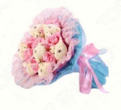 Букет из мягких игрушек Toy Bouquet Медвежата и розы B214-LB7-R7P это не только прекрасная альтернатива традиционному цветочному букету, но и отличная возможность сделать любимому человеку оригинальный и запоминающийся подарок. Он отлично подойдет в качестве сувенирного подарка маме, подруге или любимой девушке. Букет выполнен в розово-голубых тонах и украшен розочками и фигурками очаровательных плюшевых медвежат.