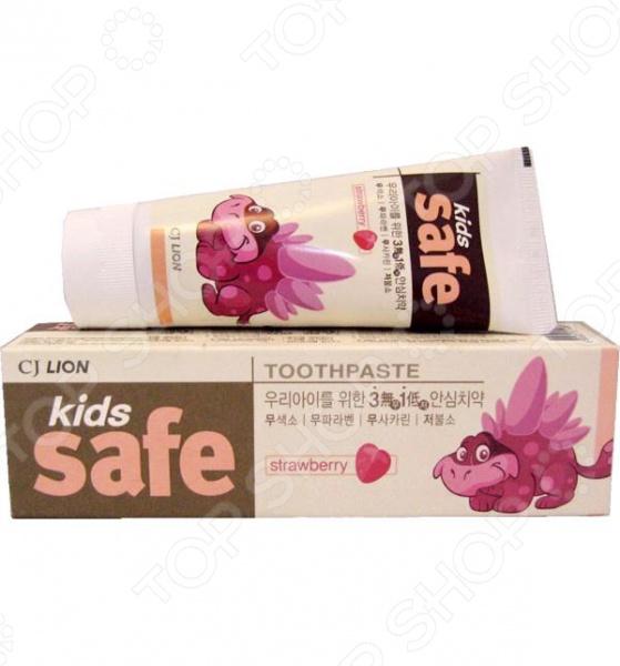 Уход за ребенком требует не только большого внимания, но и ответственности. При выборе средства для ежедневного ухода за полостью рта должны учитываться качество используемых материалов, экологичность и эффективность. Зубная паста детская CJ Lion Kids Safe Клубника экономичный и безопасный способ поддерживать детские зубы в чистоте и здоровье. Паста со вкусом и запахом клубники предназначена для детей от 3 до 12 лет. В ее состав входит специально разработанный комплекс компонентов растительного происхождения, необходимых для чистки и ухода за растущими зубами.  Особенности этой детской зубной пасты  Обладает приятным клубничным вкусом, который обязательно понравится ребенку.  Обладает мягким очищающим и полирующим действием.  Укрепляет эмаль и защищает от появления и развития кариеса.  Хорошо и легко пенится.  Без консервантов, парабенов и сахарина.  Низкое содержание фторида. Для правильного ухода за детскими зубами, рекомендуется использовать пасту после приема пиши два раза в день под строгим контролем взрослых. Для эффективного очищения достаточно небольшое количество пасты величиной с горошину. Чистить зубы необходимо 2-3 минуты.