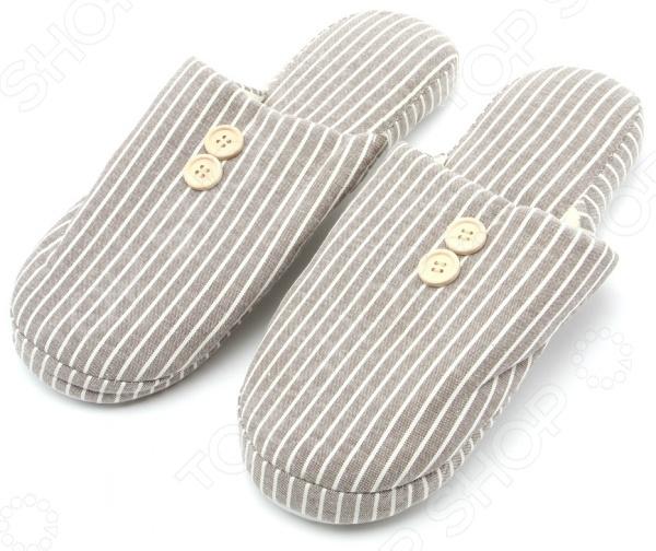 Тапочки мужские Burlesco H180 это не только практичная и удобная, но и стильная обувь для дома. Представленная модель прекрасно подойдет для ежедневной носки. Тапочки с закрытым мыском отличный выбор для холодного времени года. Тапочки мужские Burlesco H180 выполнены из смеси натурального хлопка и полиэстера. Данные материалы отлично зарекомендовали себя в пошиве домашней обуви, благодаря мягкости, воздухопроницаемости и износостойкости. Стелька изготовлена из высококачественного текстиля, поэтому вам будет комфортно и уютно. Рельефная поверхность подошвы предотвратит скольжение по полу.