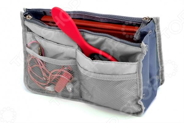 Органайзер для сумки Bradex Dual Bag удобная и функциональная сумочка-органайзер, которая станет прекрасным приобретением для путешественников. Косметичка отличается оптимальным размером 28х17х10 см , благодаря чему легко поместится в вашей дорожной сумке или чемодане. Три больших отделения надежно уберегут важные документы от смятия, экран планшета от царапин, а паспорта и права от преждевременного износа и смятия. Десять дополнительных карманов позволяют компактно сложить некоторые элементы косметики, ключи, мобильный телефон и много другое. Косметичка выполнена из прочного материала, который отличается удивительными износостойкими качествами, поэтому яркий дизайн изделия будет радовать вас долгое время. Органайзер для сумки Bradex Dual Bag будет незаменим в поездке, так как:  экономит ваше время, пространство;  подходит для больших и средних сумок;  объем органайзера регулируется при помощи боковых кнопок;  можно использовать без застежок, так как 2 отделения закрывается на молнию.
