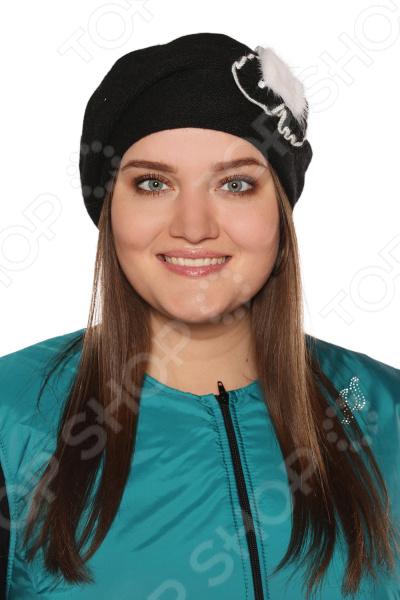Берет Maxval Вязаная мечта это стильный головной убор, который идеально подойдет для завершения вашего образа. Вне зависимости от стиля одежды вы можете использовать этот берет, ведь он прекрасно будет смотреться и с выходным нарядом, и с повседневной одеждой. Этот оригинальный аксессуар подчеркнет вашу изысканность и индивидуальность.  Стильный аксессуар на раннюю весну.  Украшен сбоку вязаной брошью в виде цветка и декором из натурального меха.  Изделие произведено в России. Берет не вытягивается, не скатывается, формы от стирки. Рекомендуется бережная ручная стирка при температуре 30 C .