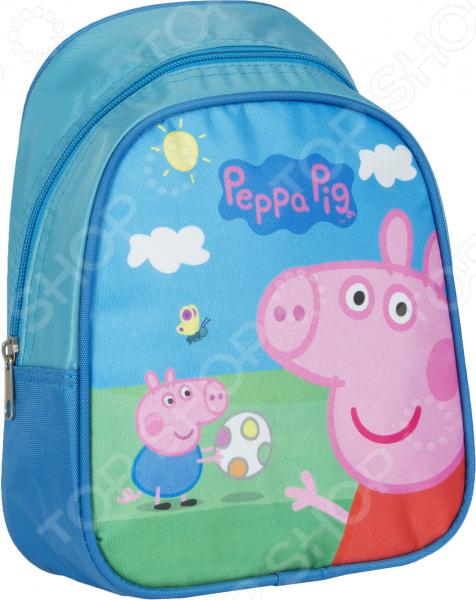 Рюкзак дошкольный Peppa Pig 32039 удобный и практичный рюкзак, который идеально подходит для хранения важных и необходимых вещей, который понадобится вашему ребенку на прогулке, в садике или в школе. Рюкзак оформлен одним большим и вместительным отделением, куда можно без труда сложить игрушки, папки, блокноты, тетради и даже книжки форма А5. Рюкзак выполнен из высококачественного и износостойкого материала с водонепроницаемой основой, который придает изделию дополнительную прочность и практичность. Он отличается своей прекрасной устойчивостью к истиранию и воздействию атмосферных изменений.  Продуманные детали для максимального удобства  Прочные текстильные лямки позволяют равномерно распределить нагрузку на спину.  Ручка-петля позволяет носить рюкзак в руках, что очень удобно в общественном транспорте.  Благодаря регулируемым лямкам, рюкзачок подходит детям любого роста.  Другие особенности данной модели рюкзака Изделие отличается не только своими прекрасными эксплуатационными характеристиками, но и оригинальным современным дизайном. Аксессуар декорирован ярким принтом из серии Свинка Пеппа , нанесенным путем сублимированной печати. Благодаря этой рисунок отличается устойчивостью к истиранию и выгоранию на солнце. Такой рюкзак можно взять с собой не только в детский садик или на игровую площадку, но и в путешествие! Уход: Протирать мыльным раствором при температуре не выше 30 С.