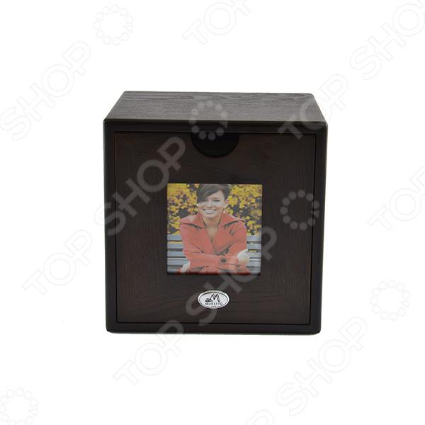 Архив для CD-дисков Moretto 38158 отличный подарок человеку, который любит слушать музыку на CD дисках. Это красивый, функциональный и практичный держатель, который не оставит вас равнодушным. Деревянный корпус выполнен в форме куба и окрашен благородными тонами. С лицевой стороны выдвигается отделение, которое вмещает в себя до 48 дисков. Также, лицевую сторону можно украсить фотографией, придавая изделию личный уникальный образ. Этот предмет изготовлен фирмой Moretto со свойственной ей итальянской изысканностью и качеством. Архив для дисков не только порадует своего владельца, но и покажет окружающим насколько вы внимательны к своим друзьям и родным.