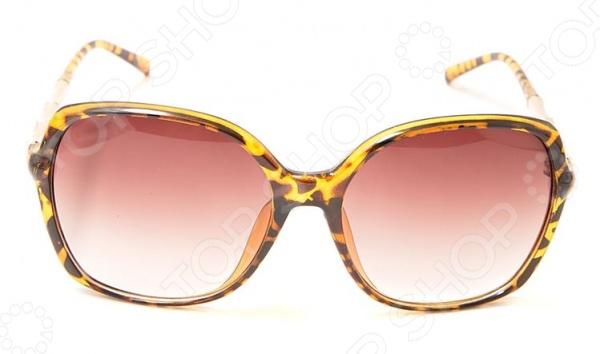 Очки солнцезащитные Mitya Veselkov 8216-LEO станут чудесным дополнением к набору ваших аксессуаров. Они не только уберегут глаза от вредного воздействия солнечного света, но и подчеркнут вашу индивидуальность, взыскательность и неповторимый вкус. Очки имеют квадратную форму, снабжены стильной роговой оправой и градиентными линзами. Последние, в свою очередь, выполнены из высококачественных, устойчивых к появлению царапин, материалов. Торговая марка Mitya Veselkov это синоним первоклассного качества и стильного современного дизайна. Компания занимается производством и продажей часов, запонок, кошельков, очков и т.д. Креативность, оригинальность и творческий подход вот основные принципы торгового бренда Mitya Veselkov.