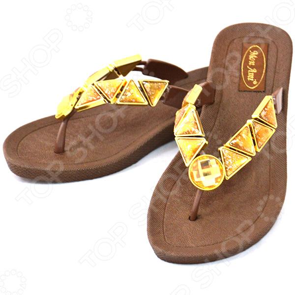 Босоножки Бали невероятно удобная обувь для летнего сезона. Иногда так трудно подобрать комфортную и одновременно модную обувь, однако сабо помогут решить вам эту задачу. Ногам в них легко и не жарко, при этом они подойдут как для прогулок, так и для домашнего использования.  Оригинальный верх выполнен из элементов треугольной формы, имитирующих камень топаз.  Низкая устойчивая подошва из резины с невысоким каблучком.  Идеальный вариант для отдыха на пляже.