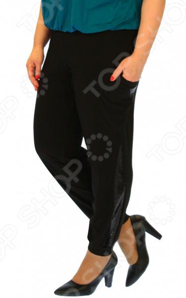 Брюки Pretty Woman Розалина удобная вещь для повседневного использования, сшитая из легкой эластичной ткани. За счет особенностей кроя эти брюки подчеркнут достоинства и скроют недостатки фигуры. Модель прекрасно смотрится с туфлями на каблуке и без.  Модные классические брюки, декорированный вставками из пайеток.  Удобный пояс на широкой резинке.  Предусмотрены боковые карманы.  Слегка заужены к низу, штанины на манжетах.  Уникальная модель, доступная только в телемагазине Top Shop . Изделие выполнено из мягкого трикотажа, состоящего на 50 из полиэстера и на 50 из вискозы. Материал хорошо тянется, при этом довольно прочный. Ткань формы от стирки не теряет и не линяет.
