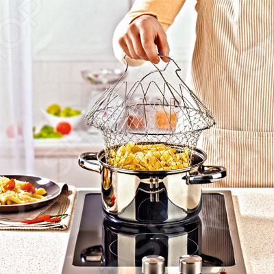 Вам не надоел старый неудобный дуршлаг для откидывания овощей и макарон Ваша кухня забита пароварками, цедилками, жаровнями, которые не влезают в шкаф Представляем вам решетку для приготовления пищи Delimano Brava это уникальное многофункциональное устройство, которое заменит всю громоздкую кухонную утварь. В ней можно мыть, варить, кипятить и жарить все Ваши любимые блюда. Безграничные возможности применения и экономия места на кухне сделают эту решетку незаменимым универсальным помощником на кухне. Преимущества решетки Delimano Brava:  Простота и универсальность заменяет сразу несколько предметов кухонной посуды.  В решетке можно варить, жарить во фритюре, готовить на пару, а также использовать ее в качестве дуршлага.  Ручки не нагреваются.  Решетка очень компактная занимает минимум места на кухне.  Решетка для приготовления пищи это удобное приспособление, которое заменит пароварку, фритюрницу, дуршлаг. В комплект входят две решетки для приготовления пищи!
