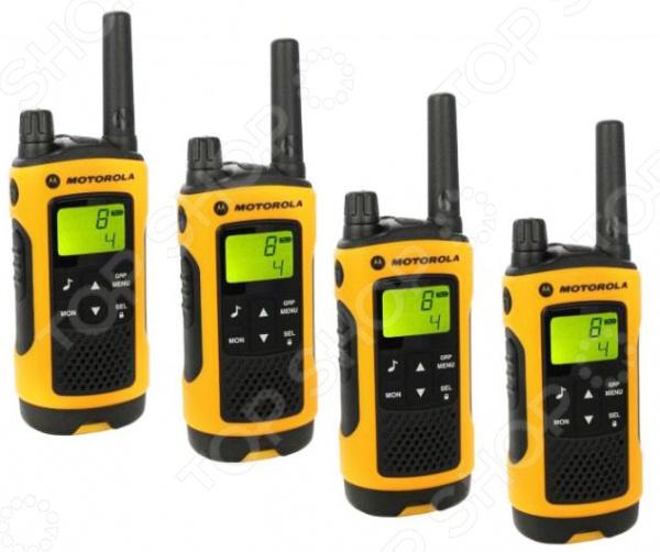 Комплект из четырех раций Motorola TLKR-T80EXT Quad это отличный выбор для сотрудников охранных агенств, строителей-высотников, альпинистов и туристов, отправляющихся в длительные экспедиции. В набор, как видно из названия, входят четыре рации. Устройства имеют влагозащищенный корпус, устойчивы любым воздействиям окружающей среды и готовы к использованию даже в экстремальных условиях. Дальность действия раций составляет 10 километров, предусмотрены 10 сигналов вызова, функция вибросигнализации и разъем для подключения гарнитуры. В качестве источника питания используются перезаряжаемые никель-металл-гидридные аккумуляторы или батареи типа ААА.  Особенности и преимущества  Возможность группового вызова.  Голосовая активация передачи VOX.  Система автоматического шумоподавления.  Встроенный светодиодный фонарь.  Встроенные часы и секундомер.  Система блокировки клавиатуры предотвратит нечаянное нажатие клавиш.  Индикация заряда батареи своевременно известит вас о необходимости в подзарядке устройства.  Устойчивость к атмосферным воздействиям корпус у рации влагозащищенный, благодаря чему ей совсем не страшен снег и дождь.