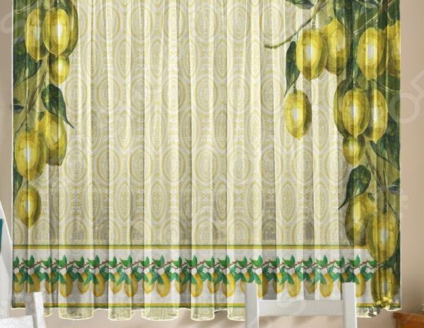 Уютная комната это не только мягкие диваны и кресла, но и красивый домашний текстиль. Именно он позволяет создать в комнате приятную и теплую атмосферу! Легкий летящий тюль это незаменимый элемент в текстильном оформлении окна. Он не уменьшает количество естественного света в помещении, а позволяет сделать его немного мягче. Этот простой элемент домашнего текстиля способен преобразить комнату, сделав её немного уютней, светлее и больше. Новинка в мире фотоштор Фототюль Zlata Korunka Лимоны это идеальный вариант для вашей кухни или дачи! Легкие и качественные изделия не только стильно оформят оконное пространство, но и позволят правильно расставить акценты в интерьере, скрыть небольшие недостатки в отделке. Отлично впишется в любой интерьерный стиль. Легкий и тонкий тюль выполнен из шифоновой ткани высочайшего качества. Этот материал традиционно используется для этого вида домашнего текстиля.  Достоинства тюля из шифона  Переплетение синтетических нитей делает его очень прочным и износостойким.  Гладкая поверхность практически не блестит на солнце, поэтому тюль приобретает благородный внешний вид.  Легко подается драпировке за счет своей легкой и пластичной структуры ткани.  Не выгорает на солнце и не теряет свой цвет после многочисленных стирок.  Легкий уход. Для неповторимого уюта на кухне! Благодаря изысканному дизайну с роскошным фоторисунком, данная модель может использоваться в качестве самостоятельного украшения окна. Дизайн придется по нраву тем, кто предпочитает более современный дизайн. Парящий тюль придаст нежность и воздушность интерьеру, избавит вас от ощущения загруженности интерьера, визуально увеличит помещение и сделает более комфортным для отдыха. Тюль рекомендуется стирать при температуре 30 С в режиме бережной стирки и гладить при температуре 150 С в режиме шелк .