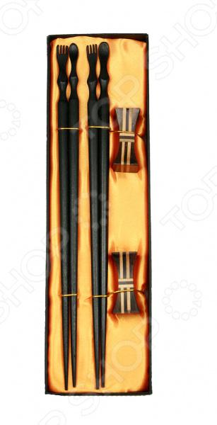 Палочки для суши с подставками на 2 персоны изготовлены из натурального бамбука, поэтому будут идеально сочетаться с продуктами питания. Палочки и подставки имеют защитное лаковое покрытие это значительно облегчает прием пищи и последующее очищение изделий. Набор рекомендуется мыть в теплой воде без использования чистящих средств с абразивными включениями. Такой комплект идеально подойдет для поклонников восточного деликатеса, которые предпочитают готовить его собственными руками. Ведь японцы крайне щепетильно относятся к вопросам еды, поэтому тем, кто решается приготовить суши в домашних условиях и желает полностью погрузиться в особую атмосферу восточной кухни, также нужно обзавестись всеми необходимыми элементами в частности, специальным набором для суши. А изящная отделка сделает комплект не только полезным дополнением кухонной утвари, но и настоящим украшением интерьера.