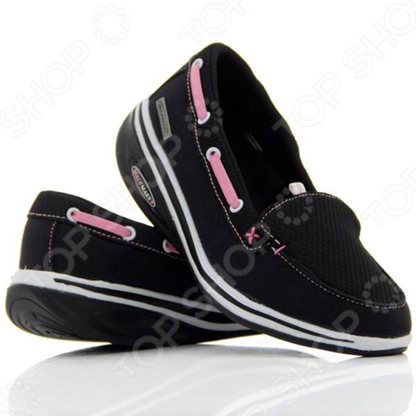 Мокасины Walkmaxx Fitness 2.0 созданы для ежедневной комфортной ходьбы. Благодаря универсальному дизайну и приятному сочетанию оттенков они подходят ко многим нарядам и образам. Мокасины черного цвета, украшенные розовым шнурком, отвечают последним тенденциям моды. Такая обувь подходит людям всех возрастов и рассчитана на все случаи жизни. Надевайте мокасины на работу и на прогулки, чтобы почувствовать все преимущества оригинальной округлой подошвы Walkmaxx. Шагните в лето в комфортной обуви!  Почему они такие удобные  Люди привыкли носить обувь с жесткой негнущейся подошвой, хотя для наших ног более естественна и полезна ходьба босиком по мягкой земле и песку. Поэтому оригинальная округлая подошва мокасин Walkmaxx Fitness 2.0 имитирует эффект ходьбы по песчаному пляжу. При этом стопа медленно перекатывается вперед и назад, поэтому циркуляция крови улучшается и прорабатываются все мышцы от пяток до кончиков пальцев. Как это поможет вашим ногам  При естественной ходьбе у человека вырабатывается правильная походка и корректируется осанка, поскольку держать спину прямо становится проще. Из-за волнообразного колебания стопы мышцы тела непроизвольно напрягаются, чтобы сохранить равновесие. Поэтому без сознательных усилий с вашей стороны мышечный тонус и осанка улучшаются, а нежелательный вес уменьшается. Не нужно специальных упражнений вы почувствуете эффект даже во время обычных прогулок и ходьбы с работы домой! Мокасины с оригинальной округлой подошвой Walkmaxx помогут вам:  Улучшить осанку  Снять напряжение  Предотвратить возникновение боли в суставах и спине  Перераспределить вес тела, уменьшив нагрузку на суставы  Улучшить кровоснабжение и тонус мышц бедер, ягодиц, икр  Ускорить сжигание калорий и потерю веса Современные технологии для вашего удобства Дизайн и концепция мокасин Walkmaxx Fitness 2.0 разработаны в Германии. Каждая деталь этой обуви создана для вашего комфорта. Поверхность мокасин изготовлена из смеси хлопка и полиэстера, на подъеме ногу удерживает мяг