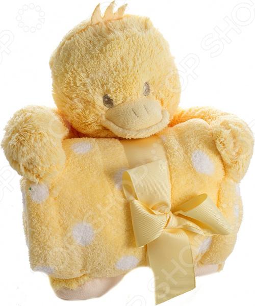 Плед детский с игрушкой 299225 замечательное дополнение для детской комнаты, которое привнесет в нее уют и комфорт. Комплект 2 в 1 приведет вашего малыша в неподдельный восторг и подарит море положительных эмоций. Ведь мягкий плед дополнен милой игрушкой, которая будет охранять сон ребенка и станет его преданным другом. Плед выполнен из высококачественного полиэстера. Этот материал очень приятен на ощупь, практически не мнется и не выцветает, отлично сохраняет тепло, создавая комфортные условия для отдыха и сна. Полиэстер прекрасно переносит как ручную, так и машинную стирку, не скатываясь и не теряя изначальную форму. Он легко очищается от пыли и загрязнений, достаточно быстро сохнет. Плед представлен в приятном желтом цвете, дополнен узором в виде горошка. Он станет органичной частью интерьера детской комнаты, сделает ее еще более комфортной и обязательно согреет ваше чадо в холодное время. При необходимости плед всегда можно свернуть и оставить на хранение игрушечному утенку, надежно зафиксировав изделие между его лапками.