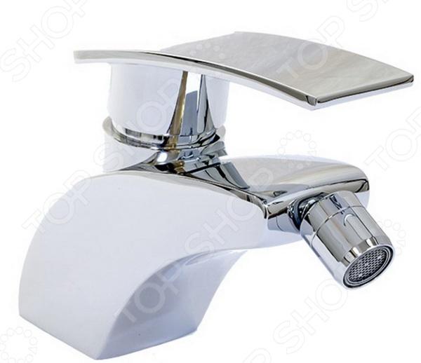 Смеситель для биде Argo Alfa полезное и приятное дополнение для любой ванной комнаты. Смеситель изготовлен из высококачественной латуни этот материал отличается гигиеничностью и долговечностью. Покрытие изделия выполнено из никеля и хрома оно надежно защищает смеситель от появления коррозии и продлевает срок его эксплуатации. В основе конструкции находится гибкая подводка 50 см , благодаря чему смеситель очень прост в установке и дальнейшем применении. Изделие дополнено аэратором, расположенным на самом конце излива. Он эффективно смешивает воду с воздухом, делая ее более мягкой, а напор равномерным. К тому же, наличие аэратора способствует уменьшению шума при работе смесителя примерно на 25 . Тип крепежа одношточный Single-rod . При давлении 0,3 МПа производительность системы составляет от 7,5 до 9 литров в минуту. Наличие биде значительно облегчает поддержку личной гигиены как взрослых, так и детей. Помимо омывания оно также осуществляет массажный эффект, способствует улучшению кровообращения и является профилактикой различных заболеваний половой системы.