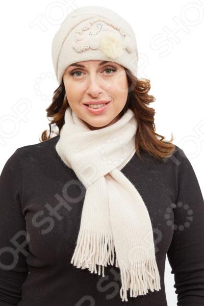 Комплект Fabretti Марта состоит из удобной шапки и шарфа, которые подойдут женщинам любого возраста. Создавайте невероятные образы каждый день с помощью этих замечательных аксессуаров. Прекрасно сочетаются с осенней и зимней одеждой.  Комплект выполнен из шерстяного трикотажа, вывязан лицевой гладью.  Трикотажное полотно хорошо растягивается и комфортно в носке.  Шапка декорирована трикотажным цветком со стразами и натуральным мехом норки.  Предусмотрен декоративный отворот.  Не имеет подкладки.  Шарф размером 16х160 см декорирован по ширине бахромой около 5 см .