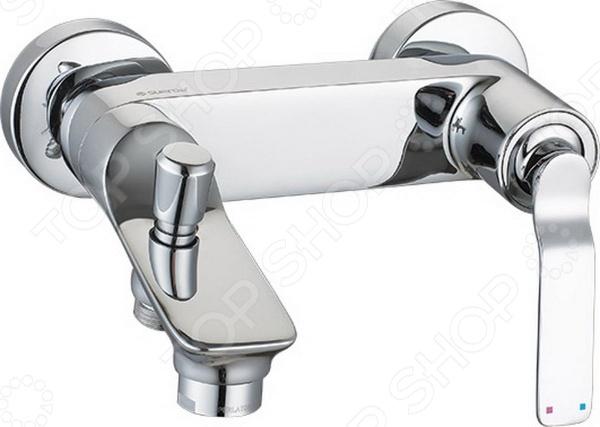 Смеситель для ванны Argo Adam незаменимый элемент любой ванной комнаты. Смеситель изготовлен из высококачественной латуни этот материал отличается гигиеничностью и долговечностью. Покрытие изделия выполнено из никеля и хрома оно надежно защищает смеситель от появления коррозии и продлевает срок его эксплуатации. Укомплектованная прокладка-фильтр эффективно справляется с очищением воды от механических примесей и включений. Изделие дополнено аэратором, расположенным на самом конце излива. Он эффективно смешивает воду с воздухом, делая ее более мягкой, а напор равномерным. К тому же, наличие аэратора способствует уменьшению шума при работе смесителя примерно на 25 . В комплекте представлен душевой шланг с регулируемой длиной 150-180 см , оплетка выполнена из хромированной нержавеющей стали и надежно закреплена при помощи двойного замка. Укомплектованная душевая лейка с четырьмя позициями: душ, массаж, аэро и душ аэро. Наклонный кронштейн позволяет максимально удобно разместить смеситель под необходимым углом. В комплекте также имеется ключ для демонтажа аэратора и предохранительные накладки для закрепления гаек. При давлении 0,3 МПа производительность системы составляет от 22,8 до 25,2 литров в минуту. Тип крепежа эксцентрик 3 4 х1 2 . Диаметр соединительного отверстия 1 2 .
