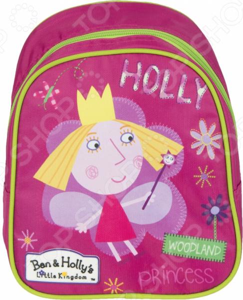 Рюкзак дошкольный Ben Holly 39;s 31684 удобный и практичный рюкзак, который идеально подходит для хранения важных и необходимых вещей, который понадобится вашему ребенку на прогулке, в садике или в школе. Рюкзак оформлен одним большим и вместительным отделением, куда можно без труда сложить игрушки, папки, блокноты, тетради и даже книжки форма А5. Рюкзак выполнен из высококачественного и износостойкого материала с водонепроницаемой основой, который придает изделию дополнительную прочность и практичность. Он отличается своей прекрасной устойчивостью к истиранию и воздействию атмосферных изменений.  Продуманные детали для максимального удобства  Прочные текстильные лямки позволяют равномерно распределить нагрузку на спину.  Ручка-петля позволяет носить рюкзак в руках, что очень удобно в общественном транспорте.  Благодаря регулируемым лямкам, рюкзачок подходит детям любого роста.  Другие особенности данной модели рюкзака Изделие отличается не только своими прекрасными эксплуатационными характеристиками, но и оригинальным современным дизайном. Аксессуар декорирован ярким принтом из серии Бен и Холли , нанесенным путем сублимированной печати. Благодаря этой рисунок отличается устойчивостью к истиранию и выгоранию на солнце. Такой рюкзак можно взять с собой не только в детский садик или на игровую площадку, но и в путешествие! Уход: Протирать мыльным раствором при температуре не выше 30 С.