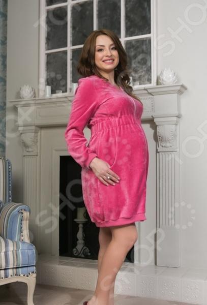 Халат для беременных Nuova Vita 302.01 Mamma bella удобный и красивый халат, который специально создан для будущих мам. Халат выполнен в ярком и сочном розовом цвете, который делает домашний образ еще более женственным и элегантным. Изделие выполнено из высококачественного, экологически чистого, мягкого и приятного на ощупь велюра. Особым преимуществом халатика является то, что он на молнии, поэтому он подойдет не только беременным, но и кормящим мамам. Широкая эластичная резинка мягко прилегает и слега выделяет линию талии. Также имеются два функциональных боковых кармана и длинные рукава с широкой проймой. Приятная к телу велюровая ткань не вызывает неприятных ощущений, дискомфорта или аллергии. Такой мягкий и очень удобный халатик сделает отдых будущей мамы максимально комфортным и приятным.