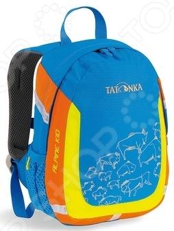 Рюкзак детский Tatonka Alpine Kid Special отличный городской рюкзак, вместимостью 6л. Предназначен для детей от 3 до 5 лет. Благодаря своей универсальной расцветке, такая модель подойдет как для мальчиков, так и для девочек. Вместительное основное отделение поможет расположить все нужные личные вещи: одежду, предметы личной гигиены, пищу, снаряжение и пр. Рюкзак также отлично подойдет для прогулок или поездок, походов в детский сад, школу. Модель дополнена накладным карманом со светоотражающими элементами, которые очень помогут в темное время суток. Система подвески Padded Back представлена мягкой спинкой и надежными ремнями S-образной формы, которые разработаны с учетом анатомических особенностей организма ребенка. Также предусмотрены боковые сетчатые карманы и удобная ручка для переноски рюкзака. Производители учли еще одну важную деталь специальная табличка, на которой можно написать личные данные ребенка. Нередко это помогает при потере личных вещей или прочих неприятных ситуациях.