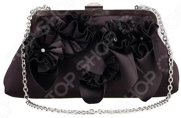 Сумка Fabretti Зарина это стильная и легкая сумка, которая сделана из полиэстера. Сумка достаточно вместительная, вы можете положить в нее всё необходимое. В любой момент вы будете выглядеть модно и элегантно.  Сумка закрывается на рамочный замок цвета блестящее серебро. Застежка задекорирована кристаллом.  Передняя стенка задекорирована объемными цветами из атласной ткани в тон сумочке, сердцевина которых украшена стразами.  Ручка изготовлена из металлической цепочки цвета блестящее серебро.  Внутри одно отделение с маленьким кармашком.  Подкладка черного цвета.  Длина 24 см, высота - 12 см, высота с ручкой 42 см. Сумка сделана из качественного ткани 100 полиэстер , рекомендуется сухая чистка.