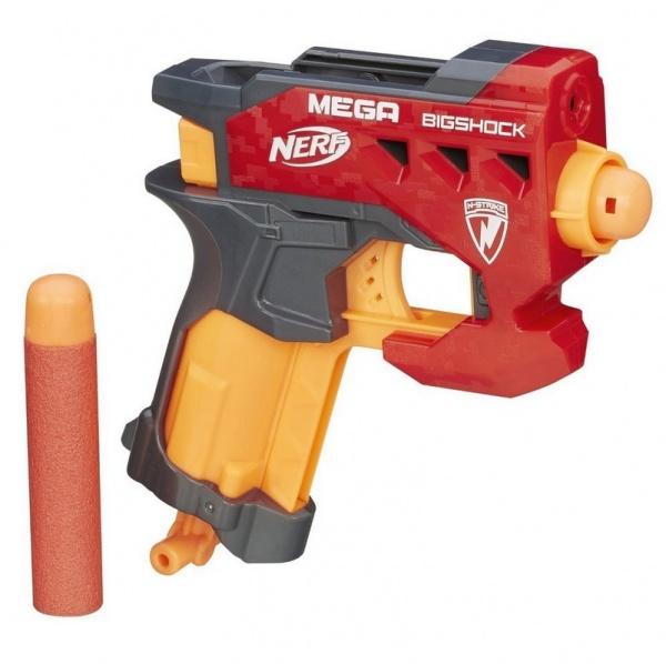 Бластер Hasbro МЕГА. Большой выстрел - компактный и мощный бластер, который специально создан для активных детей, обожающих подвижные игры. Игрушечный бластер выполнен из высококачественной пластмассы, которая обеспечивает легкий вес игрушки. Он удобно ложится в руку, и его можно использовать даже из положения лежа. Выпущенная стрела в полете издает реалистичный свистящий звук, который обязательно понравится детям. В верхней части пистолета предусмотрен отсек для хранения запасного снаряда, поэтому вы будете всегда готовы ответить на неожиданную атаку противника. В комплекте есть запасные стрелы длиной 9,5 см. Дальность полета составляет 23 метра.
