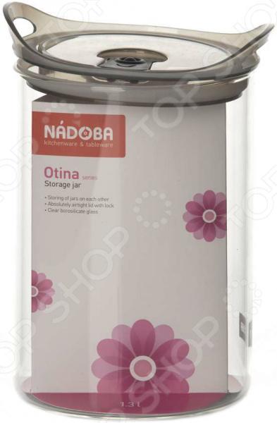 Изящная и практичная Nadoba Otina это удобная и простая в использовании емкость, предназначенная для хранения сыпучих продуктов. Крышка абсолютно герметична, поэтому чай, кофе или пряные травы надолго сохранят свой первоначальный аромат. Также в крышку встроен запирающий клапан, а специальные бортики позволяют без риска ставить баночки друг на друга. Представленная модель изготовлена из качественных материалов и прослужит вам много лет.  Оцените преимущества емкости:  Выполнена из сверхпрозрачного боросиликатного стекла, а значит, вам не составит труда рассмотреть содержимое.  Герметичную крышку не надо снимать, т.к. она оснащена запирающим клапаном.  Емкости можно ставить друг на друга для экономии места.  Гладкая и ровная поверхность обеспечивает легкую очистку от загрязнений.  Гарантия на емкости серии Otina 5 лет. Емкость Nadoba Otina очень практична, легко очищается и не впитывает запахи, а благодаря привлекательному внешнему виду ее можно использовать для сервировки стола.