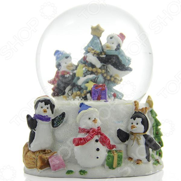 Зимние праздники самые любимые и долгожданные и это не удивительно! Ведь Рождество и Новый Год это всегда ожидание чего-то невероятного, сказочного и волшебного! Для каждого, праздник представляется по своему: кто-то любит его отмечать дома за праздничным столом в кругу семьи, для кого-то это замечательный повод устроить веселый костюмированный карнавал, кто-то и вовсе предпочитает отправиться в заснеженные дали, отмечать праздник в гостях у самого Деда Мороза! Однако, где бы и как бы вы не отмечали зимние праздники, для создания по-настоящему праздничной и сказочной атмосферы очень важно уделить особое внимание украшению и оформлению интерьера. Яркие елочные шары, свечи и разноцветные огни гирлянд и конечно празднично украшенная елка все это поможет воссоздать атмосферу настоящей новогодней сказки. Снежный шар декоративный Crystal Deco Хоровод вокруг елки - традиционное рождественское украшение, которое уже на протяжении многих лет является самым популярным сувениром не только для взрослых, но и для детей. Снежный шар - необычное украшение, которое подарит каждому возможность в полной мере ощутить магию рождества: стоит встряхнуть шар и на фигурки находящиеся внутри посыпется снег . Разве не чудо Порадуйте своих друзей и родных таким милым и приятным презентом, подарите им возможность почувствовать себя настоящими волшебниками в канун зимних праздников! Такой презент может стать оригинальной альтернативой поздравительной открытке. Размер 8,5 7.5 см.