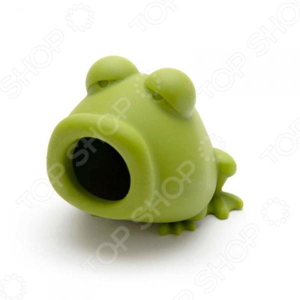Отделитель желтка Peleg Design YolkFrog оригинальный и забавный предмет, который найдет своей место на любой кухне. Это полезное приспособление всасывает желток с помощью всего одного нажатия. Теперь вы можете добавить желток в любое другое блюдо или просто переместить его в другую емкость. С таким оригинальным сепаратором вы сможете приготовить идеальное безе для ваших родных. Форма отделителя выполнена в виде забавной лягушки. Выполненный из качественных и безопасных для вашего здоровья материалов, прибор для отделения желтка станет незаменимым помощником для любой хозяйки.