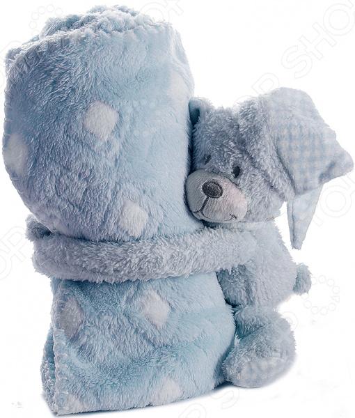 Плед детский с игрушкой 299222 замечательное дополнение для детской комнаты, которое привнесет в нее уют и комфорт. Комплект 2 в 1 приведет вашего малыша в неподдельный восторг и подарит море положительных эмоций. Ведь мягкий плед дополнен милой игрушкой, которая будет охранять сон ребенка и станет его преданным другом. Плед выполнен из высококачественного полиэстера. Этот материал очень приятен на ощупь, практически не мнется и не выцветает, отлично сохраняет тепло, создавая комфортные условия для отдыха и сна. Полиэстер прекрасно переносит как ручную, так и машинную стирку, не скатываясь и не теряя изначальную форму. Он легко очищается от пыли и загрязнений, достаточно быстро сохнет. Плед представлен в приятном голубом цвете, дополнен узором из ромбов. Он станет органичной частью интерьера детской комнаты, сделает ее еще более комфортной и обязательно согреет ваше чадо в холодное время. При необходимости плед всегда можно свернуть и оставить на хранение игрушечному медвежонку, надежно зафиксировав изделие между его лапками.