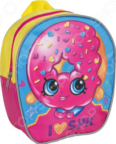 Рюкзак дошкольный Shopkins 31789 будет отличным приобретением для вашей малышки. Яркий и красочный он не просто привлечет внимание, а вызовет настоящий восторг как у самого ребенка, так и у его маленьких друзей. Рюкзачок выполнен из прочного водонепроницаемого материала. Лямки регулируемые, не врезаются в кожу и способствуют равномерному распределению нагрузки на плечи.  Особенности и преимущества  Внутреннее отделение на молнии вмещает в себя книжки формата А5.  Ручка-петля рюкзак удобно носить в руках, при необходимости можно повесить на крючок.  Регулируемые по длине лямки рюкзачок подойдет для малышей любого роста.  Корпус из высококачественного текстиля обеспечивает прочность и устойчивость рюкзака к разрывам и истиранию, легко мыть и чистить.
