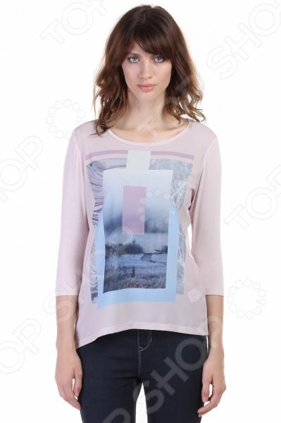 Мода на футболки Без универсальных вещей в гардеробе никому не обойтись. Когда в шкафу есть футболка с длинным рукавом Baon B216510, можно не переживать, что завтра будет нечего надеть. Это универсальная модель повседневной одежды, которую можно комбинировать с чем-угодно! Футболка всегда будет смотреться стильно, как с джинсами, так и с классическими брюками. Эту модель часто называют лонгслив длинный рукав.   Футболка с рукавами длинной 3 4.  Лицевая сторона украшена фантазийным принтом;  Полуоблегающий фасон подчеркивает фигуру.  Круглый вырез подчеркивает линию шеи и плеч.  Светлый тон изделия достаточно универсален и подходит к любому стилю.  Модель выполнена из струящегося вискозного трикотажа.  Передняя часть изделия сделана из крепдешина.  Как и с чем ее носить Лонгслив это далеко не спортивная вещь, которую можно сочетать только с джинсами и спортивным костюмом, при желании можно составить массу интересных образов. Футболка с принтом может стать очень ценной вещью в любом гардеробе. При помощи нее можно составить оригинальный образ, одев шорты из хлопка, приближенные к классической модели и пиджак, а дополнит наряд широкополая шляпа, очки и небольшая сумочка на цепочке.  В отличии от обычных футболок, данная модель подходит для более холодной погоды. Прохладным летним вечером надеть такую вещь одно удовольствие. Также, изделие великолепно гармонирует с легкой верхней одеждой типа кардигана, кофты или джинсовой куртки. Пастельный тон футболки позволяет носить вещь с пиджаками и жилетами.
