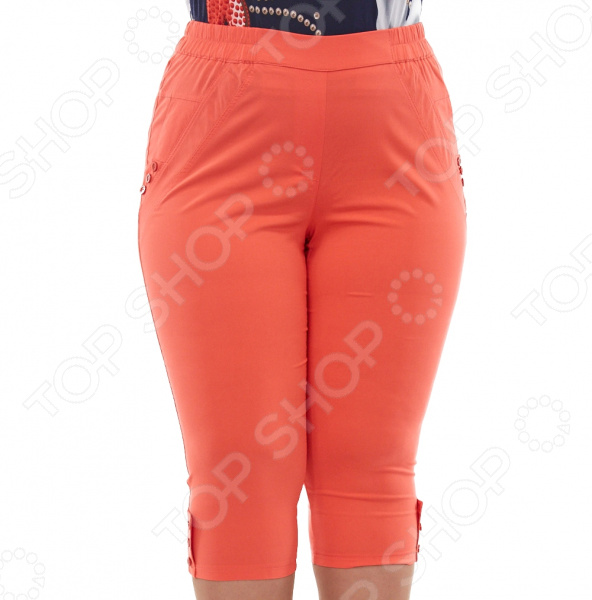 Капри Blagof Женское очарование незаменимая вещь в женском гардеробе, которая будет отлично сочетаться практически с любой одеждой. Благодаря грамотному покрою они скроют несовершенства, подчеркивая только достоинства фигуры. Капри прекрасно подойдут для прогулок и отдыха.  Эластичная ткань изделия визуально уменьшает ваш размер.  Пояс на резинке обеспечивает комфортную посадку.  Брючины декорированы пуговицами в тон изделия.  По бокам имитация карманов, также украшенная пуговицами.  На фотографии модель представлена в сочетании с блузой Лиция . Капри сшиты из приятной эластичной ткани, состоящей на 60 из вискозы, на 20 из полиэстера и на 20 из эластана. Материал не линяет, не скатывается, формы от стирки не теряет.