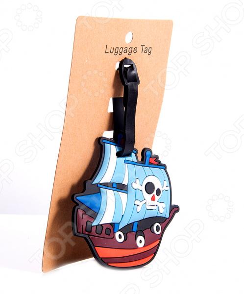 Бирка для чемодана Кораблик практичный и полезный аксессуар, который пригодится любому путешественнику. Кто часто летает самолетам знает, как легко можно перепутать свой чемодан с чужим, особенно когда спешишь, а на ленте появляются сразу два похожих багажа. Кто-то привязывает на ручки познавательные ленточки и цепочки, кто-то клеит наклейки. Но первые могут легко потеряться, а клейкая основа оставляет на чемоданах следы, которые портят покрытие. Эта оригинальная бирка станет великолепным решением этой дилеммы. Яркий и красочный аксессуар сразу бросается в глаза, поэтому свой багаж вы узнаете очень быстро. Бирка выполнена в виде забавного пиратского корабля из полимерного материала. Он не рвется и не теряет своей формы.