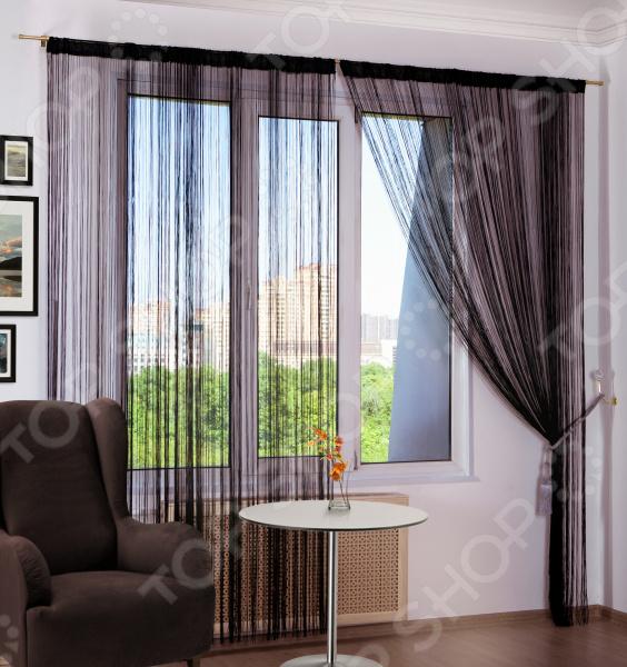 Нитяные шторы или нитевой занавес это самое новое и необычное представление о шторах, одно из последних и популярных направлений дизайна интерьера окон, занавесов дверных проемов. Сочетание ниточной кисеи и разнообразных декоративных элементов придает шторам воздушность и что самое главное увеличивает пространство комнаты. Штора нитяная Алтекс однотонная будет прекрасно смотреться на окне а, так же может и разделять пространство в комнате. Для достижения наибольший плотности от проникающего света в комнату рекомендуем приобретать несколько штук на один карниз. Благодаря своей структуре, надетые на карниз шторы выглядят как одно целое.  Благодаря нитяной структуре, данные шторы имеют огромное количество вариантов подхвата. Легко обрезаются по длине ножницами. При желании можно пришить тесьму. Оригинальный вид, невесомость и легкость нитяных штор вполне впишутся в интерьер спальни, гостиной, детской комнаты. Особенности модели  Нитяные шторы хорошо затеняют пространство помещений и одновременно позволяет свободно циркулировать в них потокам свежего воздуха.  Собственно и само происхождение кисеи родом с Востока. Кисея это специальная ткань идеально подходящая для штор и занавесок в жарком климате.  Удобство, долговечность, относительно недорогая цена и простота в использовании, именно этим они отличаются от привычных нам штор.  Нитяные шторы можно использовать и в сочетании с обычными текстильными шторами и тюлем.  Ухаживать за шторами такого вида очень просто, но не стоит забывать о некоторых простых правилах. Перед стиркой необходимо снять шторы и смотать их, при этом перевязав их в некоторых местах во избежании запутывания. Поместить в специальный мешочек для стирки и затем постирать в машинке при температуре 30 С.