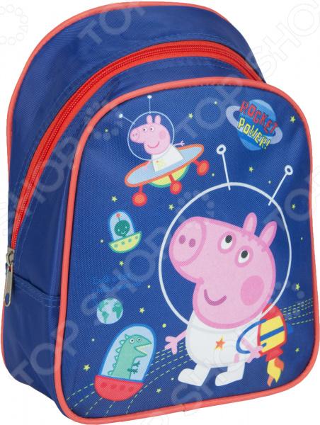 Рюкзак дошкольный Peppa Pig 32038 удобный и практичный рюкзак, который идеально подходит для хранения важных и необходимых вещей, который понадобится вашему ребенку на прогулке, в садике или в школе. Рюкзак оформлен одним большим и вместительным отделением, куда можно без труда сложить игрушки, папки, блокноты, тетради и даже книжки форма А5. Рюкзак выполнен из высококачественного и износостойкого материала с водонепроницаемой основой, который придает изделию дополнительную прочность и практичность. Он отличается своей прекрасной устойчивостью к истиранию и воздействию атмосферных изменений.  Продуманные детали для максимального удобства  Прочные текстильные лямки позволяют равномерно распределить нагрузку на спину.  Ручка-петля позволяет носить рюкзак в руках, что очень удобно в общественном транспорте.  Благодаря регулируемым лямкам, рюкзачок подходит детям любого роста.  Другие особенности данной модели рюкзака Изделие отличается не только своими прекрасными эксплуатационными характеристиками, но и оригинальным современным дизайном. Аксессуар декорирован ярким принтом из серии Свинка Пеппа , нанесенным путем сублимированной печати. Благодаря этой рисунок отличается устойчивостью к истиранию и выгоранию на солнце. Такой рюкзак можно взять с собой не только в детский садик или на игровую площадку, но и в путешествие!  Уход: Протирать мыльным раствором при температуре не выше 30 С.