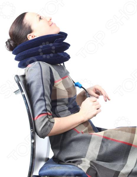 Универсальное эффективное средство для снятия повышенной нагрузки на шею и спину во время путешествий, длительных поездок, при малоподвижном характере работы. Применяя надувной воротник, мы мягко вытягиваем шейный отдел позвоночника, увеличивая межпозвоночное пространство, и освобождая сосудистые каналы от сдавливания. Имеется возможность индивидуального подхода и контроля за процессом вытяжения. Вытяжение позволяет уменьшить возможность образования грыжи на шейных дисках. Лечебный воротник улучшаете кровообращение головы, головного мозга, спинного мозга, шеи, плечевого пояса. Укрепляете межпозвоночные диски, мышцы и связки. Снимаете повышенную ежедневную нагрузку на спину и шею. Восстанавливаете нормальную чувствительность в руках. Восстанавливаете полный объём движений головы и шеи. Воротник выполнен из материала, который имитирует бархат, приятен для кожи и гипоаллергенен. Застежки на липучках.