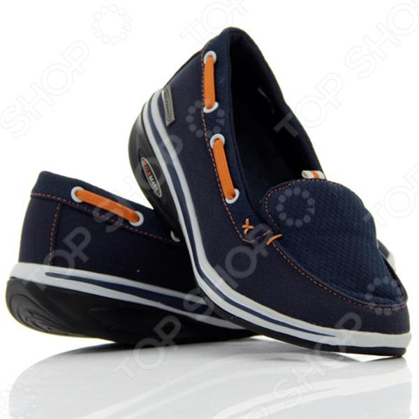 Мокасины Walkmaxx Fitness 2.0 созданы для ежедневной комфортной ходьбы. Благодаря универсальному дизайну и приятному сочетанию оттенков они подходят ко многим нарядам и образам. Мокасины синего цвета, украшенные оранжевым шнурком, отвечают последним тенденциям моды. Такая обувь подходит людям всех возрастов и рассчитана на все случаи жизни. Надевайте мокасины на работу и на прогулки, чтобы почувствовать все преимущества оригинальной округлой подошвы Walkmaxx. Шагните в лето в комфортной обуви!  Почему они такие удобные  Люди привыкли носить обувь с жесткой негнущейся подошвой, хотя для наших ног более естественна и полезна ходьба босиком по мягкой земле и песку. Поэтому оригинальная округлая подошва мокасин Walkmaxx Fitness 2.0 имитирует эффект ходьбы по песчаному пляжу. При этом стопа медленно перекатывается вперед и назад, поэтому циркуляция крови улучшается и прорабатываются все мышцы от пяток до кончиков пальцев. Как это поможет вашим ногам  При естественной ходьбе у человека вырабатывается правильная походка и корректируется осанка, поскольку держать спину прямо становится проще. Из-за волнообразного колебания стопы мышцы тела непроизвольно напрягаются, чтобы сохранить равновесие. Поэтому без сознательных усилий с вашей стороны мышечный тонус и осанка улучшаются, а нежелательный вес уменьшается. Не нужно специальных упражнений вы почувствуете эффект даже во время обычных прогулок и ходьбы с работы домой! Мокасины с оригинальной округлой подошвой Walkmaxx помогут вам:  Улучшить осанку  Снять напряжение  Предотвратить возникновение боли в суставах и спине  Перераспределить вес тела, уменьшив нагрузку на суставы  Улучшить кровоснабжение и тонус мышц бедер, ягодиц, икр  Ускорить сжигание калорий и потерю веса Современные технологии для вашего удобства Дизайн и концепция мокасин Walkmaxx Fitness 2.0 разработаны в Германии. Каждая деталь этой обуви создана для вашего комфорта. Поверхность мокасин изготовлена из смеси хлопка и полиэстера, на подъеме ногу удерживает мя