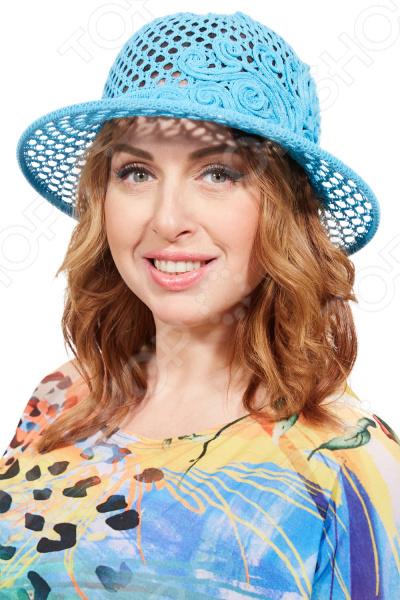 Шляпа Laura Amatti Бригантина удобный головной убор, который подойдет женщинам любого возраста. Создавайте невероятные образы каждый день с помощью этого замечательного аксессуара. Прекрасно сочетается с летней одеждой.  Вязаная шляпка из хлопковой пряжи. Не имеет подкладки.  Сетчатая вязка придает изделию легкость.  Украшает шляпку выложенный тонким жгутом узор, вывязанный из основной пряжи.  Края полей шляпки посажены на регилин, который прочно держит форму. Шляпка изготовлена из пряжи, состоящей на 100 из хлопка. Рекомендуется бережная чистка с использованием щетки и мыльного раствора. Глажка не требуется.