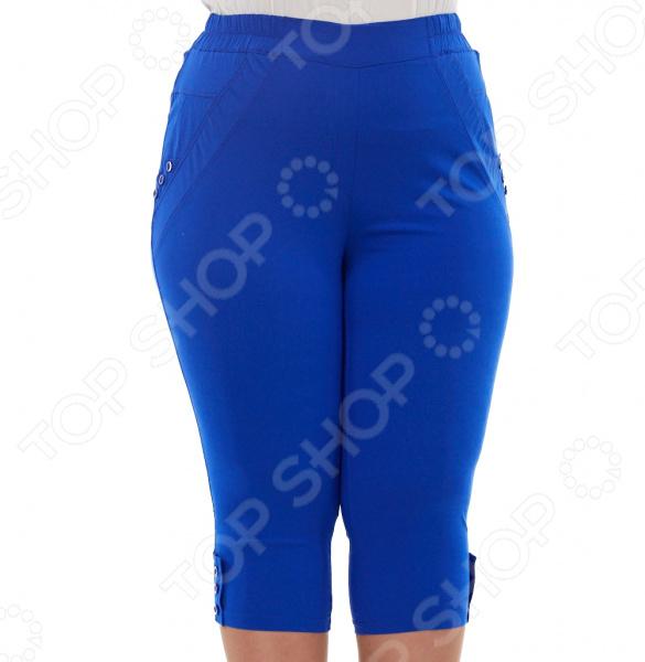 Капри Blagof Женское очарование незаменимая вещь в женском гардеробе, которая будет отлично сочетаться практически с любой одеждой. Благодаря грамотному покрою они скроют несовершенства, подчеркивая только достоинства фигуры. Капри прекрасно подойдут для прогулок и отдыха.  Эластичная ткань изделия визуально уменьшает ваш размер.  Пояс на резинке обеспечивает комфортную посадку.  Брючины декорированы пуговицами в тон изделия.  По бокам имитация карманов, также украшенная пуговицами.  На фотографии модель представлена в сочетании с блузой Маркиза . Капри сшиты из приятной эластичной ткани, состоящей на 60 из вискозы, на 20 из полиэстера и на 20 из эластана. Материал не линяет, не скатывается, формы от стирки не теряет.