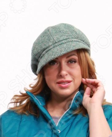 Кепка LORICCI Дания это стильный головной убор, который идеально подойдет для завершения вашего образа. Вне зависимости от стиля одежды вы можете использовать эту кепку, ведь она прекрасно будет смотреться и с выходным нарядом, и с повседневной одеждой. Этот оригинальный головной убор подчеркнет вашу изысканность и индивидуальность.  Размер варьируется за счет резинки-утяжки на задней части кепки.  Есть подкладка.  Уникальность и стильное решение кепки в ее удлиненном в стороны козырьке. Изделия из твида очень комфортны в носке и имеют оздоровительное воздействие на организм человека 80 шерсть, 20 полиэстер . После стирки ткань не деформируется.