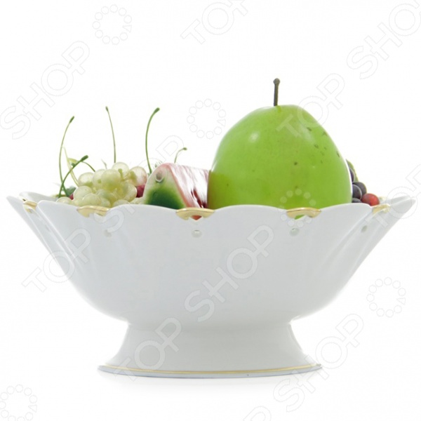 Фруктовница на низкой ножке Elan Gallery Золотое кружево это сочетание непревзойденного качества и стильного современного дизайна. Она станет прекрасным дополнением к комплекту ваших кухонных принадлежностей и отлично подойдет для сервировки праздничного стола. Помимо подачи фруктов, посуду также можно использовать для подачи различных сладостей: конфет, пирожных, круассанов, печенья и т.д. Фруктовница выполнена из высококачественного фарфора и декорирована позолоченными фигурными краями.